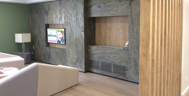 feuille-pierre-naturelle-mural-mica-goa-acceuil-salon-banque-placage-stoneleaf-1067x800